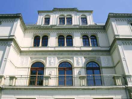 Exklusive 4-Zimmer-Wohnung, mit Wintergarten, Balkon und Gartenanteil in Denkmalgeschützter Villa