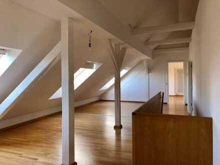 ***Außergewöhnlich und exquisit*** 2,5 Zimmer - Dachgeschosswohnung