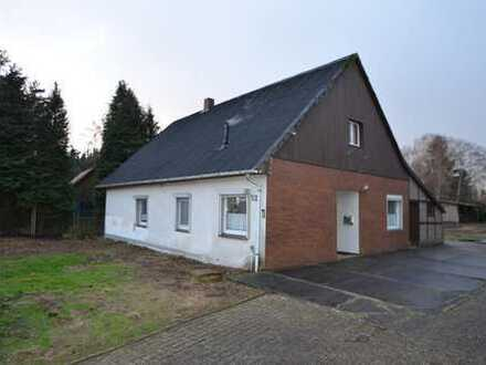 Südmoslesfehn: Modernisierungsbedürftiges Einfamilienhaus mit Garage und Carport auf einem 1,75 h...