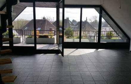 Lichtdurchflutete DG-Wohnung mit Balkon, Einbauküche und Kaminofen im Herzen von Jöllenbeck