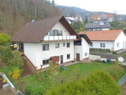Attraktives Einfamilienhaus mit 3 Wohneinheiten in schöner Lage mit Garten und Carport