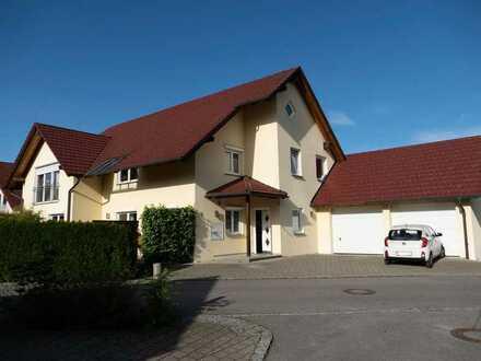 GROSSZÜGIGKEIT PUR! Neuwertige 3-Zi.-Dachgeschosswohnung mit Balkon und Garage zwischen RV+Waldsee