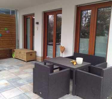 Möbliertes Wohnen auf Zeit: Exklusive 2-Zimmer-EG-Wohnung mit Terrasse und Garten in Frankfurt