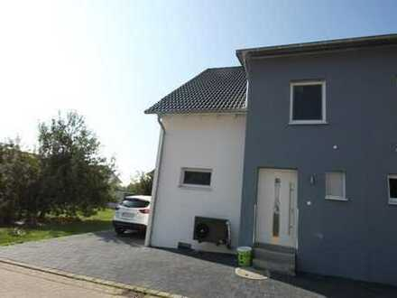 Neuwertige Doppelhaushälfte mit EBK und Garage