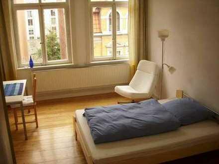 Sonniges Zimmer in großer Altbauwohnung