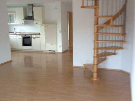 Neuwertige Wohnung mit vier Zimmern sowie Balkon und Einbauküche in Hiltenfingen