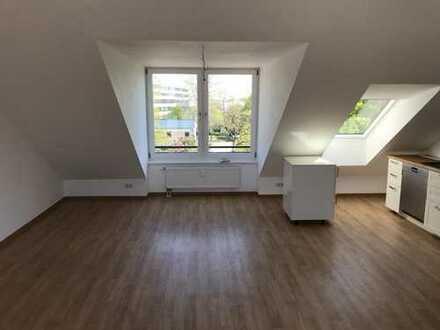 Wunderschöne, renovierte 2-Zimmer-Dachgeschosswohnung mit Dachterrasse