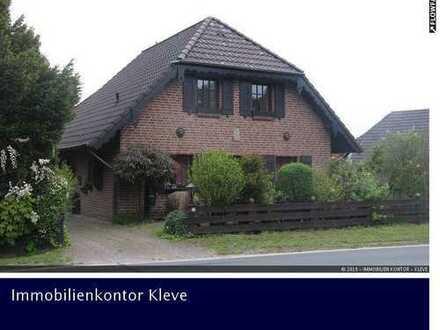 WOHNEN IM LANDHAUSSTIL Freistehendes Einfamilienhaus mit Garage und Teilkeller