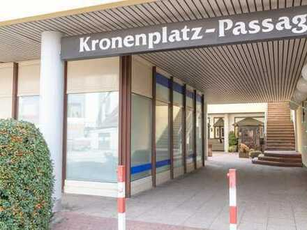 Nähe Fußgängerzone: Laden mit großen Schaufensterfronten und Stellplatz