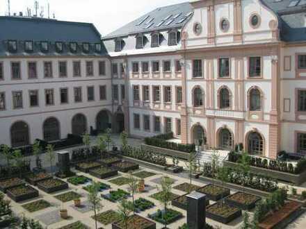Atemberaubende Wohnperle im historischen Dalbergerhof mit großzügiger Terrasse