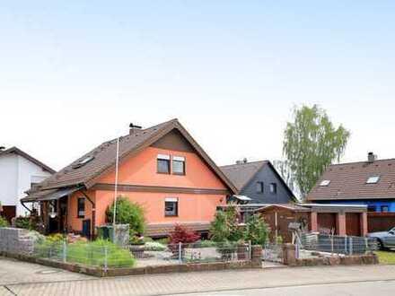 Familienglück: Großes Einfamilienhaus mit Einliegerwohnung, Doppelgarage und PV-Anlage