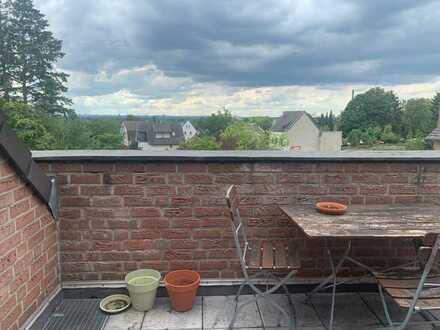 Grosszügige 2 Zi-Dachgeschosswohnung mit Köln-Blick in 7-Familienhaus in Heidkamp