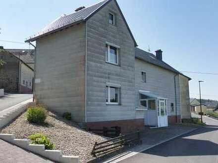 Einfamilienhaus mit Gewölbekeller, Nebengebäude - incl. Garage - und Garten (auf gegenüberlieg
