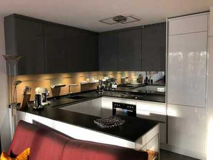 Exklusive, gepflegte 2-Zimmer-Hochparterre-Wohnung mit Balkon und Einbauküche in Wiesbaden