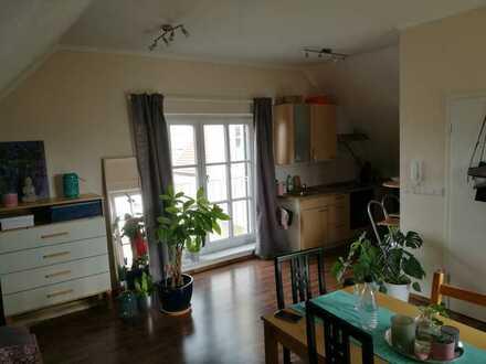 Für Pendler / Neuwertige DG-Wohnung mit eineinhalb Zimmer und Einbauküche in Dillingen
