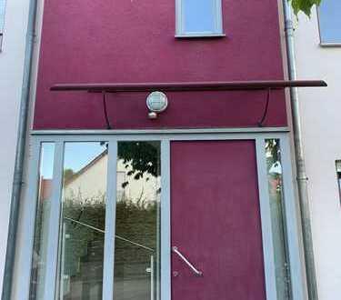 Stilvolle, gepflegte 3 ZKB Wohnung mit Dachterrasse und Einbauküche + 2 TG Stellplätzen in 85055 IN