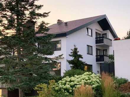 Komplett neu renovierte 3,5-Zimmer-Dachgeschosswohnung mit Blick ins Grüne