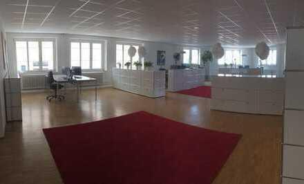 Moderne lichtdurchflutete Bürofläche