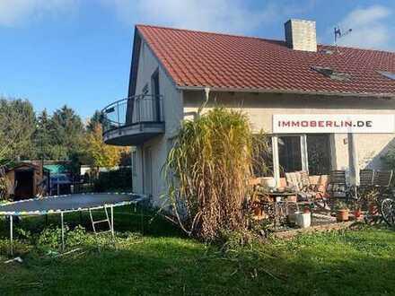 IMMOBERLIN: Lichtdurchflutete vermietete Doppelhaushälfte mit Südwestgarten