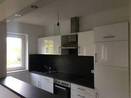 Stilvolle, vollständig renovierte 3-Zimmer-Wohnung mit EBK in Frankfurt am Main
