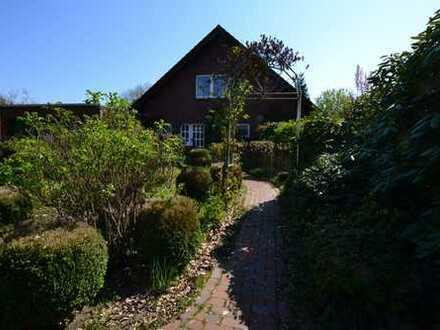 charmantes Wohnhaus auf schön eingewachsenem Gartengrundstück in idyllischer Lage von Oldenburg