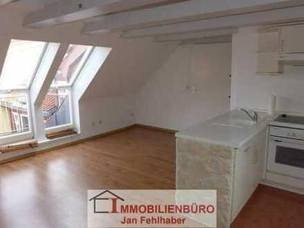 Renovierte 2-Zimmer-Dachgeschosswohnung mit Einbauküche und Balkon mitten im Zentrum