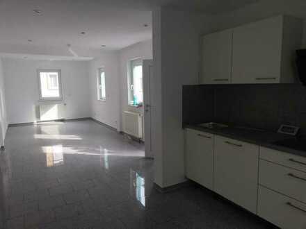 Exklusive, vollständig renovierte 2-Zimmer-Erdgeschosswohnung mit Einbauküche in Stuttgart