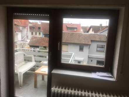 Zimmer in 4er WG mit Balkon zentral gelegen.