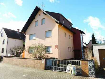 Mehrfamilienhaus mit 3 Wohneinheiten, Garten + 2 Garagen in bester Lage!