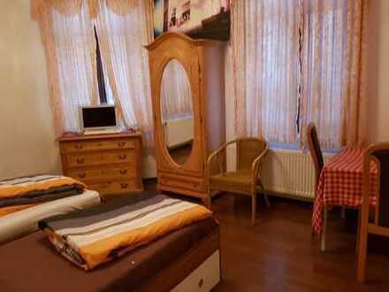 Im Zentrum - möbliert: Gästezimmer mit Gästeküche und EtagenDusche/Wc, Waschmaschin