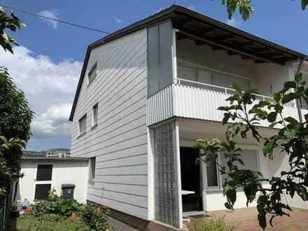 Renovierungsbedürftige Doppelhaushälfte m. Balkon, Terrasse u. schönem Gartenbereich
