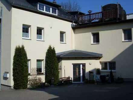 IDYLLISCHE LAGE! 3-Raum-Dachgeschoßwohnung mit Balkon und Dachterrasse in Oberrabenstein
