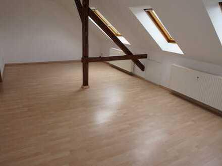 *Ruhige Lage im DG / Bad mit Dusche + Fenster / Laminat*