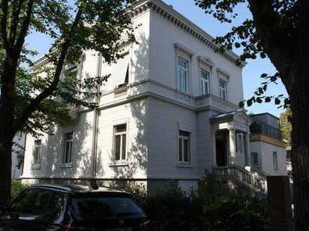 Zentrale Lage - ERSTBEZUG nach Kernsanierung - stilvolle Altbauwohnung mit Wintergarten+Balkon
