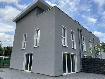 Neubau Erstbezug! Modernes Wohnen mit Dachterrasse, Einbauküche und Außenstellplatz