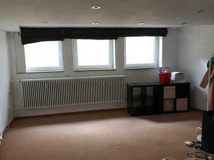 Biete Zimmer in großer Wohnung