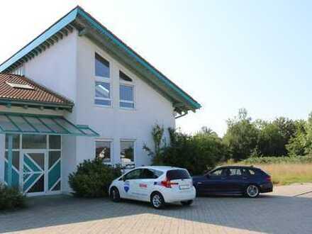 Praxis-/Büroräume für verschiedene Branchen geeignet - auch größere Flächen möglich........