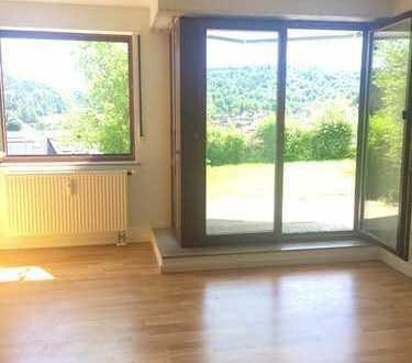**Modernisierte 2,5 Zimmerwohnung** mit Terrasse