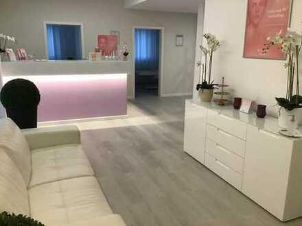 Lichtdurchflutetes Büro/Praxis, 5 Zimmer, Küche, Tageslicht WC, in optimaler Verkehrslage