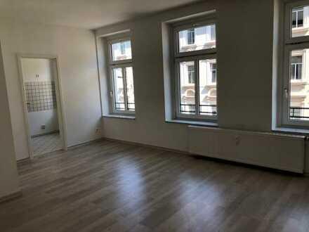 +++frisch renovierte 1 Zimmer-Altbauwohnung im san. Altbau mit Laminat, Duschbad, separate Küche+++