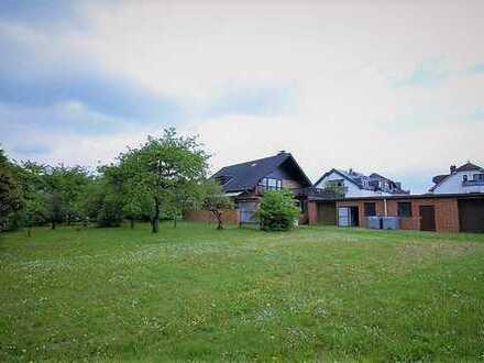 Familienfreundliches Wohnhaus mit 5 Garagen und weitläufigem Grundstück in Filsen