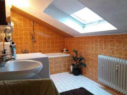 Gepflegte 3-Zimmer-Dachgeschosswohnung mit großem Balkon und Einbauküche in Oftersheim