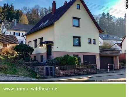 Eine echte Rarität: Hübsches Häusle mit Ausbaupotenzial auf großem Grundstück mit drei Garagen!