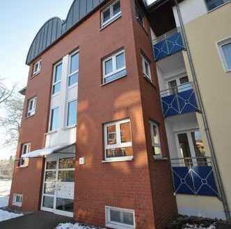3-Raum Wohnung mit Balkon und Laminatfußboden in gepflegtem Wohnumfeld