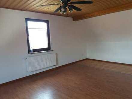 Schöne drei Zimmer DG-Wohnung mit Tageslichtbad in Eschau