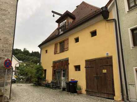 Neuwertige 3-Zimmer-Maisonette-Wohnung mit Balkon und EBK in Tittmoning