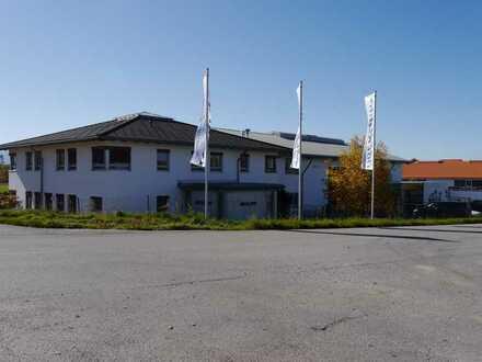 Modernes Bürogebäude mit Lager/Produktionshalle