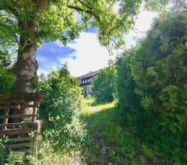 Stark renovierungsbedürftige 2-Familien DHH mit Doppelgarage und großem Garten!