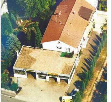 Mehrfamilienhaus mit Halle