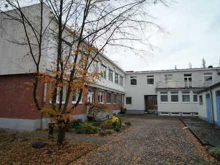 Interessantes Gewerbeanwesen - Bürogebäude, Produktionshallen, Lagerhallen und Freiflächen